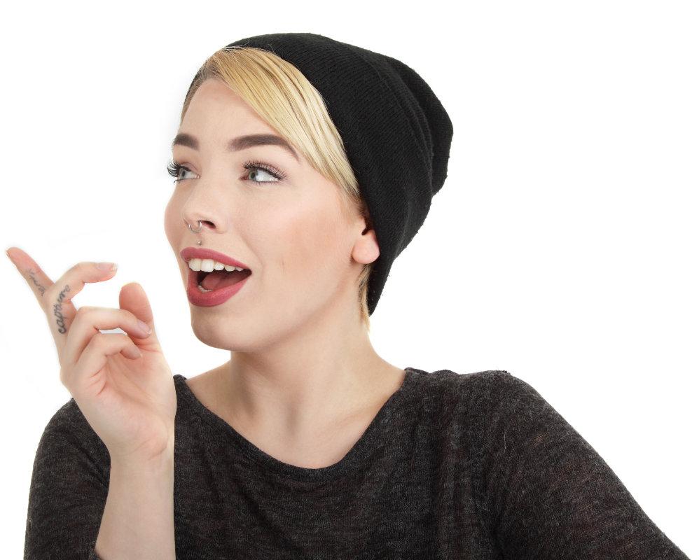 Jugendliche mit Mütze zeigt auf Kontaktdaten