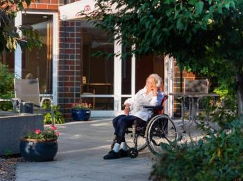 Ältere Dame im Rollstuhl