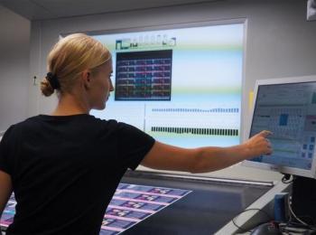 Mitarbeiterin an einer Druckmaschine