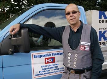 Der Chef vor seinem Fahrzeug