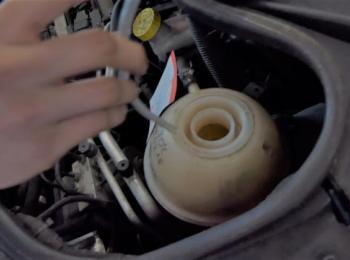im Motorraum - Kontrolle des Kühlwassers