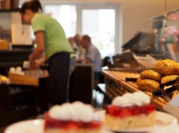 Erdbeerkuchen in der Auslage der Bäckerei