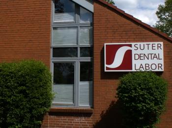 Firmenschild an Gebäude