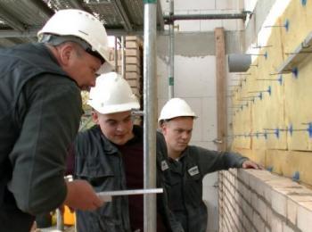 Mitarbeiter vor einer Mauer mit Dämmung