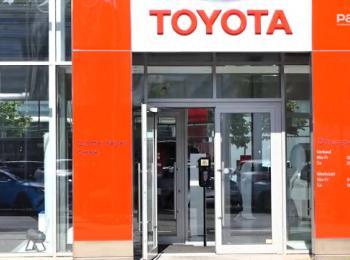 Eingang Geschäft mit Toyota Beschriftung