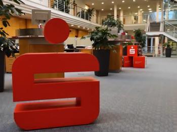 Logo-Skulptur in der Eingangshalle