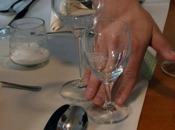 Gläser auf Tisch mit Tischdecke
