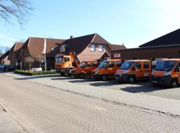 Fahrzeuge vor Firmensitz