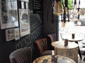 Sitzplätze vor einem Café
