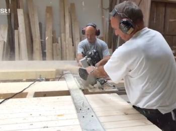 Mitarbeiter sägen Holz