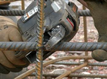 Mitarbeiter bei der Arbeit an dicken Drähten