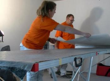Mitarbeiter beim Tapezieren