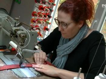 Frau Raatz an der Nähmaschine