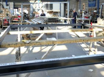 Werkshalle von Innen mit großem Rahmen
