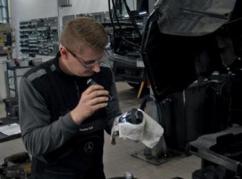 Mechaniker in der Werkstatt am Auto