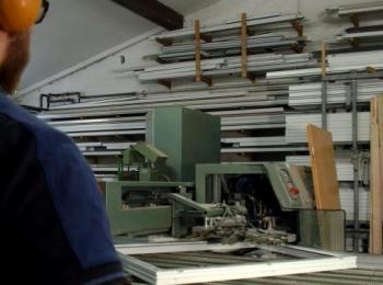 Mitarbeiter an Maschine