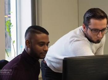 Mitarbeiter vor Monitor