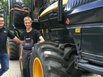 Azubi vor Traktor