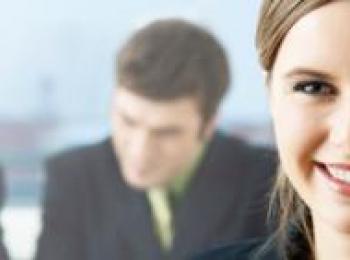 Frau und 2 Mitarbeiter im Hiintergrund
