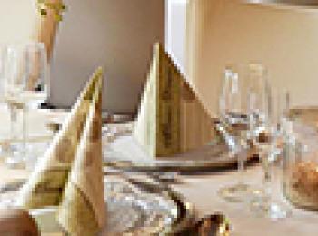Tisch mit Servietten und Gläsern